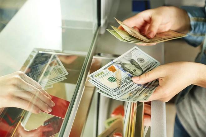 Человек покупает валюту