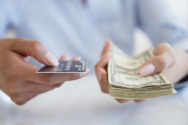 Деньги и банковская карта в руках