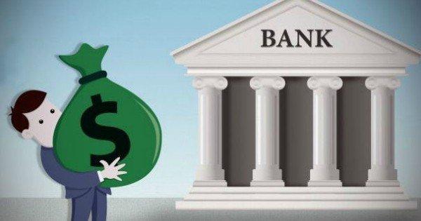 Человек делает вклад в банке